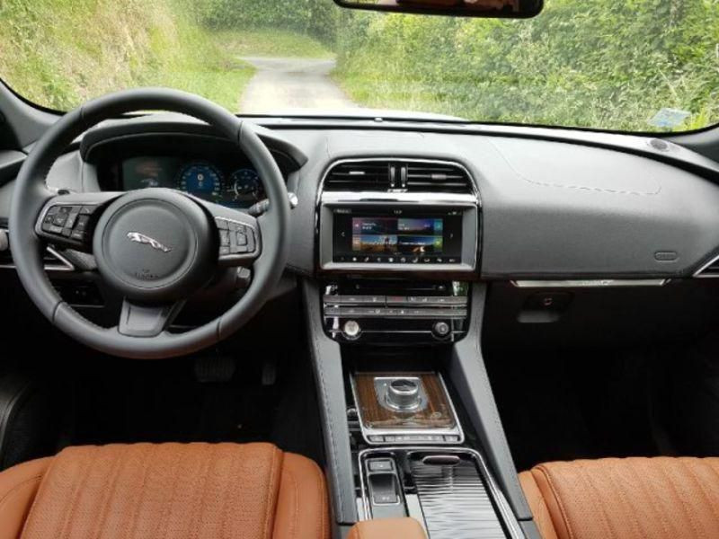 Jaguar F-Pace Portfolio BVA 8 4X4 Gris occasion à Bassussarry - photo n°5