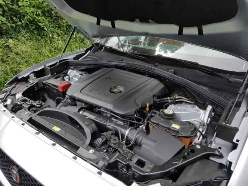 Jaguar F-Pace Portfolio BVA 8 4X4 Gris occasion à Bassussarry - photo n°4