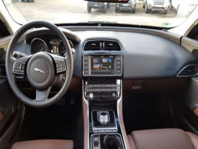 Jaguar XE 2.0 240 Noir occasion à Beaupuy - photo n°2