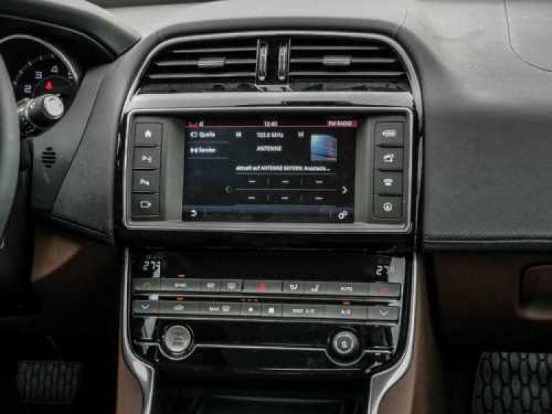 Jaguar XE 2.0 240 Blanc occasion à Beaupuy - photo n°6