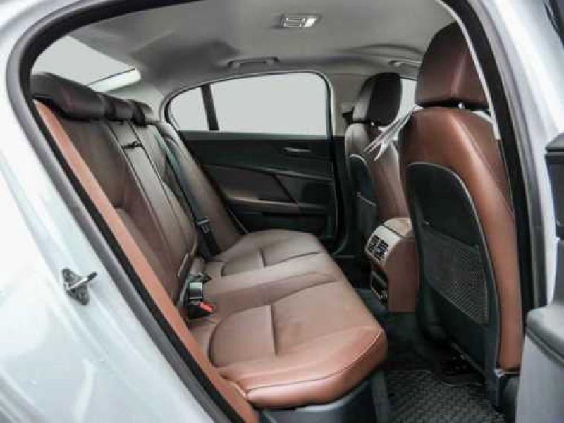 Jaguar XE 2.0 240 Blanc occasion à Beaupuy - photo n°5