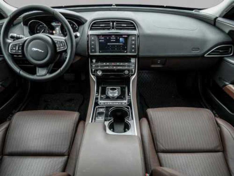 Jaguar XE 2.0 240 Blanc occasion à Beaupuy - photo n°2