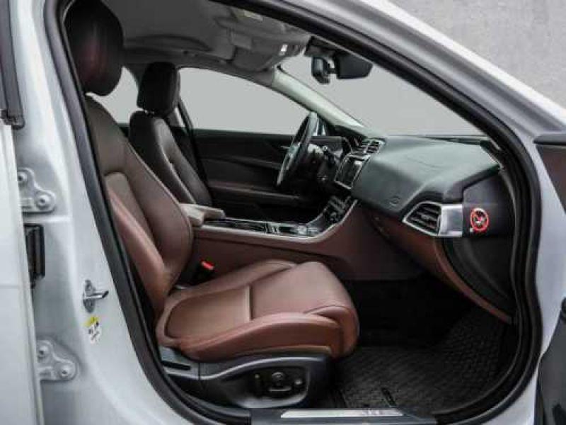 Jaguar XE 2.0 240 Blanc occasion à Beaupuy - photo n°4