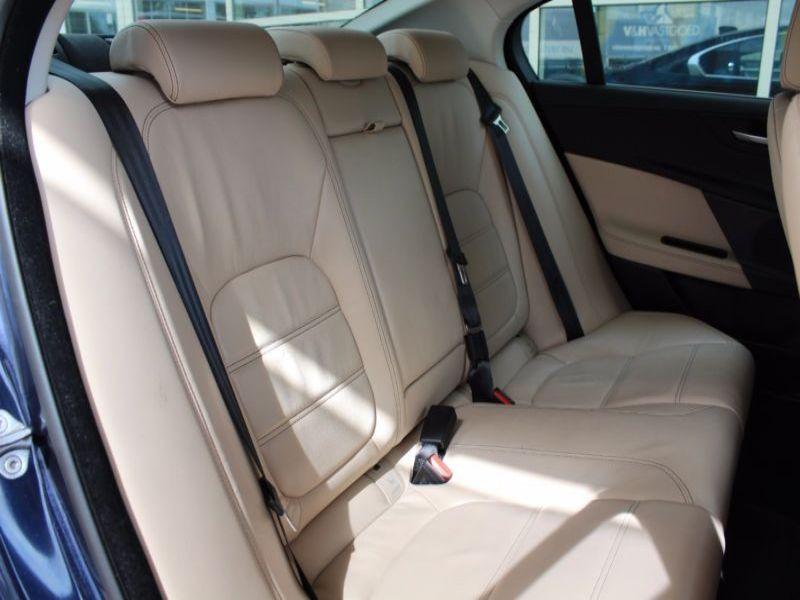 Jaguar XE 2.0 D 163 Bleu occasion à Beaupuy - photo n°7