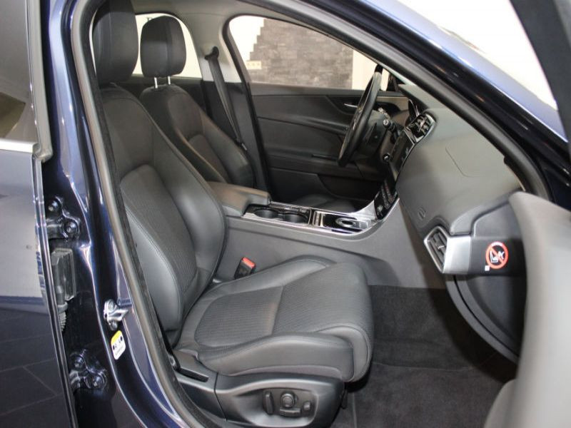 Jaguar XE 2.0 D 180 Bleu occasion à Beaupuy - photo n°4