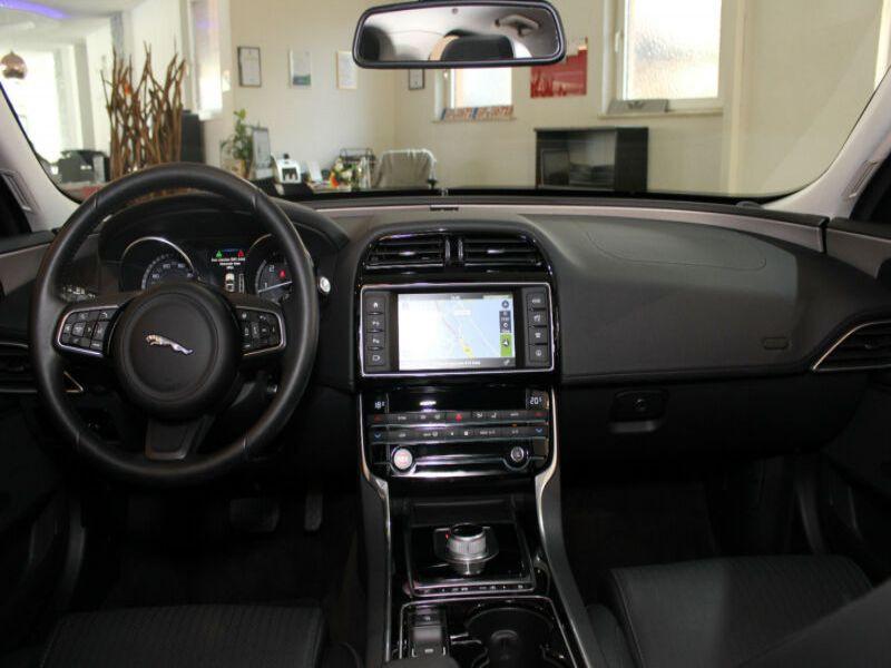 Jaguar XE 2.0 D 180 Bleu occasion à Beaupuy - photo n°2