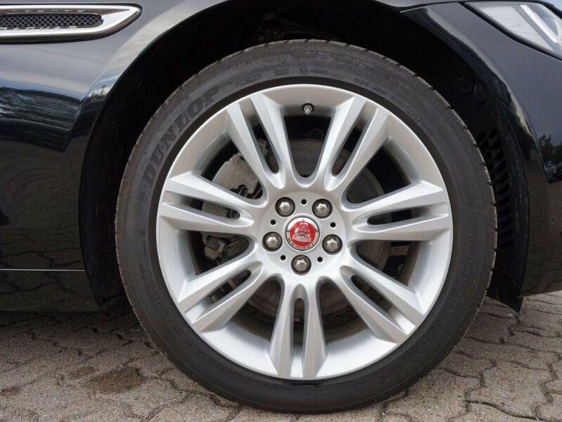 Jaguar XE 2.0 D AWD 180 Noir occasion à Beaupuy - photo n°9
