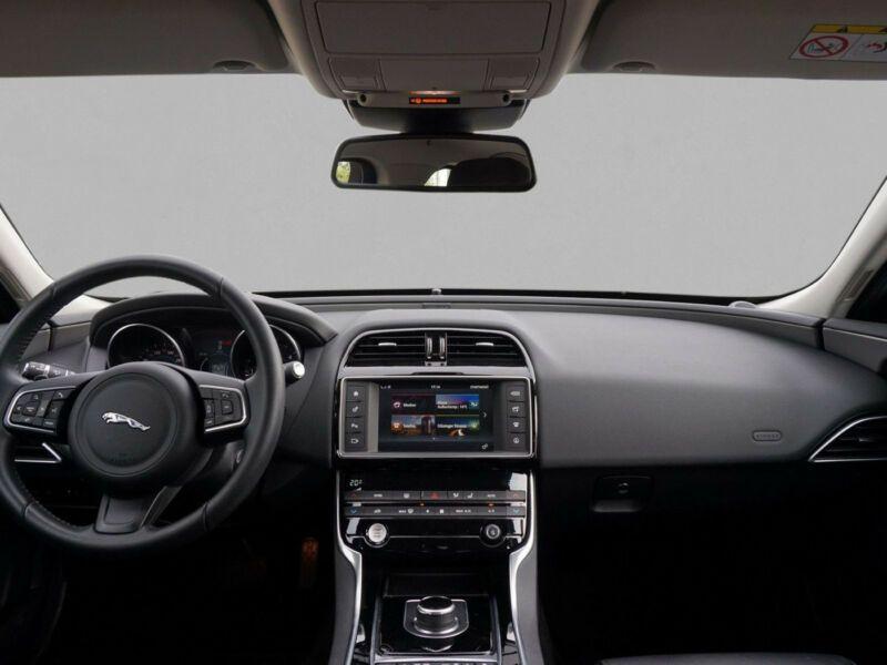 Jaguar XE 2.0 D AWD 180 Noir occasion à Beaupuy - photo n°2