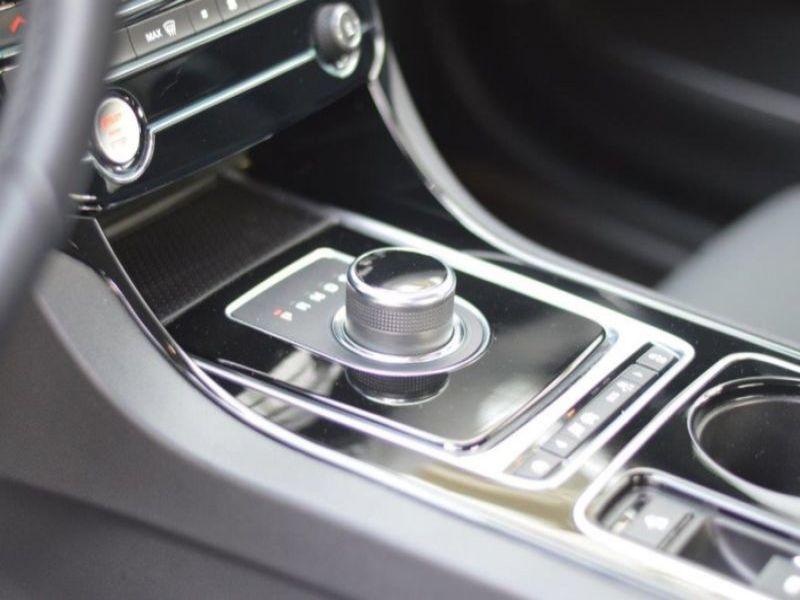 Jaguar XE 2.0 D AWD 180 Noir occasion à Beaupuy - photo n°7