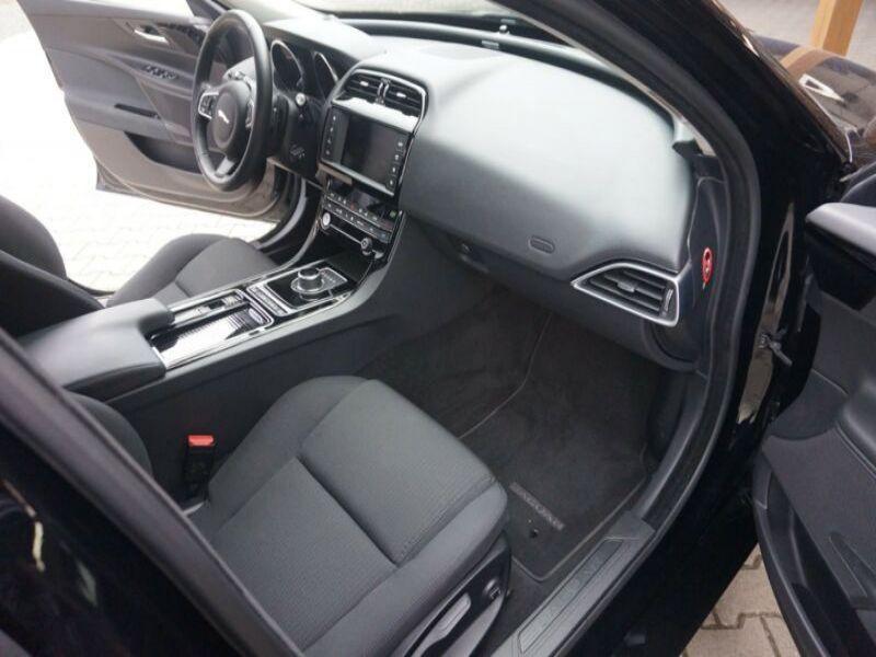 Jaguar XE 2.0 D AWD 180 Noir occasion à Beaupuy - photo n°6