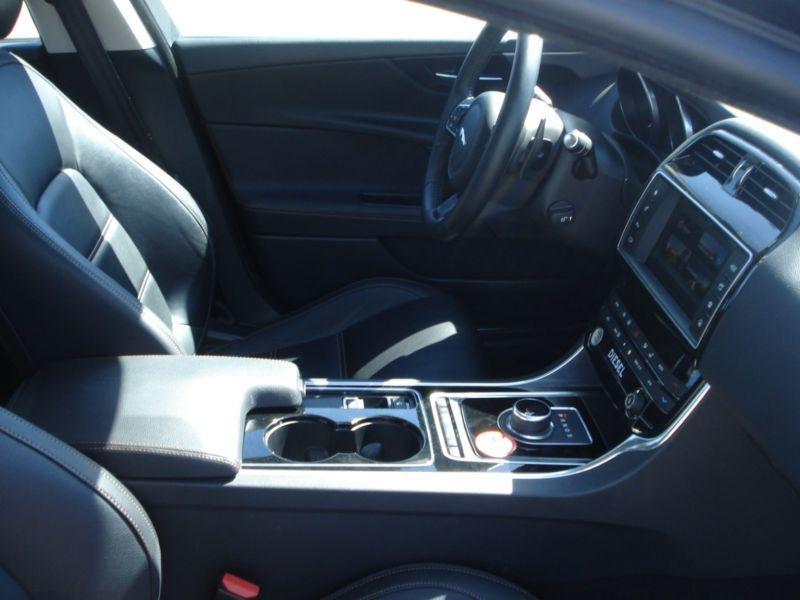 Jaguar XE 2.0 D AWD 180 Noir occasion à Beaupuy - photo n°4