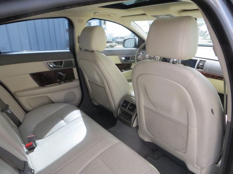 Jaguar XF 2.7D Bi-Turbo Luxe Premium Gris occasion à La Roche-sur-Yon - photo n°8