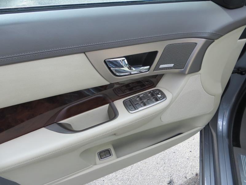 Jaguar XF 2.7D Bi-Turbo Luxe Premium Gris occasion à La Roche-sur-Yon - photo n°13