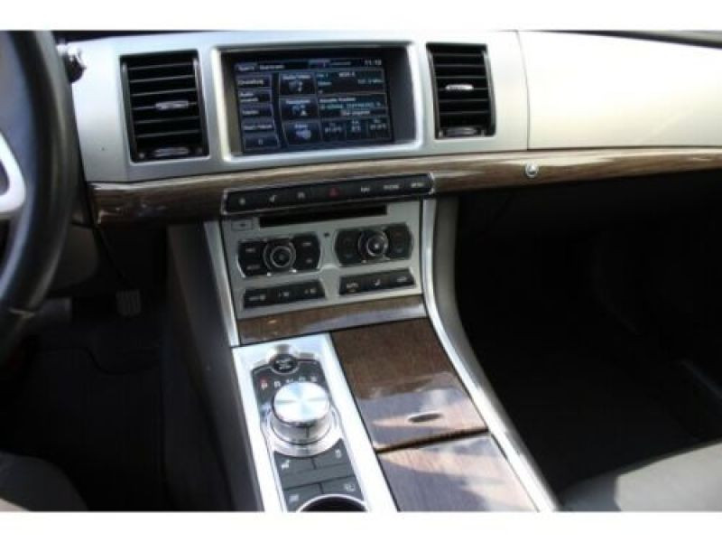 Jaguar XF 3.0 D 240 ch Blanc occasion à Beaupuy - photo n°7