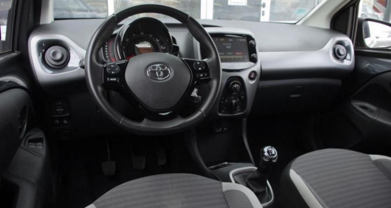 Toyota Aygo II (2) 1.0 VVT-I X-PLAY Gris occasion à Chambourcy - photo n°2