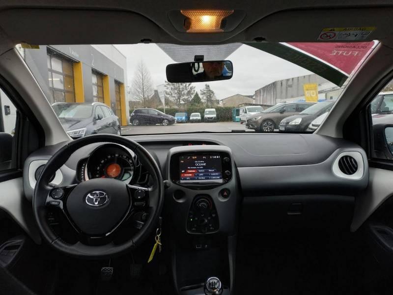 Toyota Aygo PRO MC18 1.0 VVT-i x-play Blanc occasion à VANNES - photo n°4