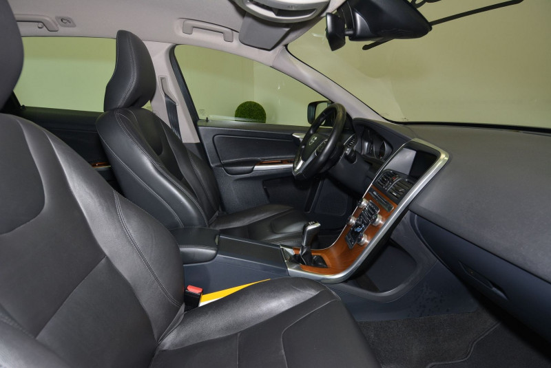 Volvo XC60 D3 150CH MOMENTUM BUSINESS Gris occasion à Quimper - photo n°7